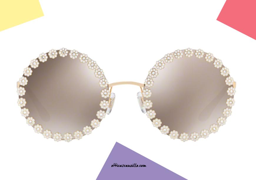 acquisto online Occhiale da sole tondo con fiori Dolce & Gabbana DG2173 col. 02/5A oro su otticascauzillo.com