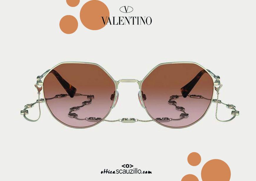 Acquisto online su otticascauzillo.com nuovo occhiale da sole in metallo VLOGO SIGNATURE Valentino VA2043 col. 232 oro - marrone fumato. Ottica Scauzillo spedisce in tutto il mondo +39 3355725101