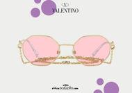 Acquisto online su otticascauzillo.com occhiale da sole ottagonale in metallo con catena VLOGO SIGNATURE Valentino VA2040 col. HV4 oro - rosa. Ottica Scauzillo spedisce in tutto il mondo +39 3355725101