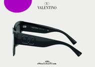 Acquista online su otticascauzillo.com il tuo nuovo occhiale da sole squadrato in acetato VLOGO SIGNATURE Valentino VA 4082 col. 018 nero.