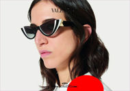Acquista online su otticascauzillo.com il tuo nuovo occhiale da sole cat - eye in acetato con ROMAN STUD Valentino VA 4095 col. 09Z bianco / nero