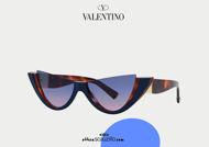 Acquista online su otticascauzillo.com il tuo nuovo occhiale da sole cat - eye in acetato con ROMAN STUD Valentino VA 4095 col. 10K havana / blu