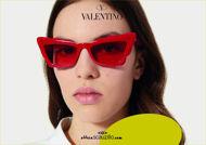 Acquista online su otticascauzillo.com il tuo nuovo occhiale da sole cat - eye in acetato Valentino VA 4092 col. 71K rosso