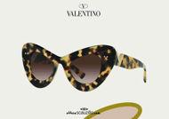 Acquista online su otticascauzillo.com il tuo nuovo occhiale da sole cat - eye in acetato VLOGO SIGNATURE Valentino VA 4090 col. 09W havana
