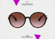 Acquisto online su otticascauzillo.com il tuo nuovo occhiale da sole tondo in acetato VLOGO SIGNATURE CRISTALLI Valentino VA 4075 col. 020 havana