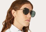 Acquista online su otticascauzillo.com il tuo nuovo occhiale da sole aviator in metallo con cristalli Valentino VA 2045 col. 25B oro/verde.