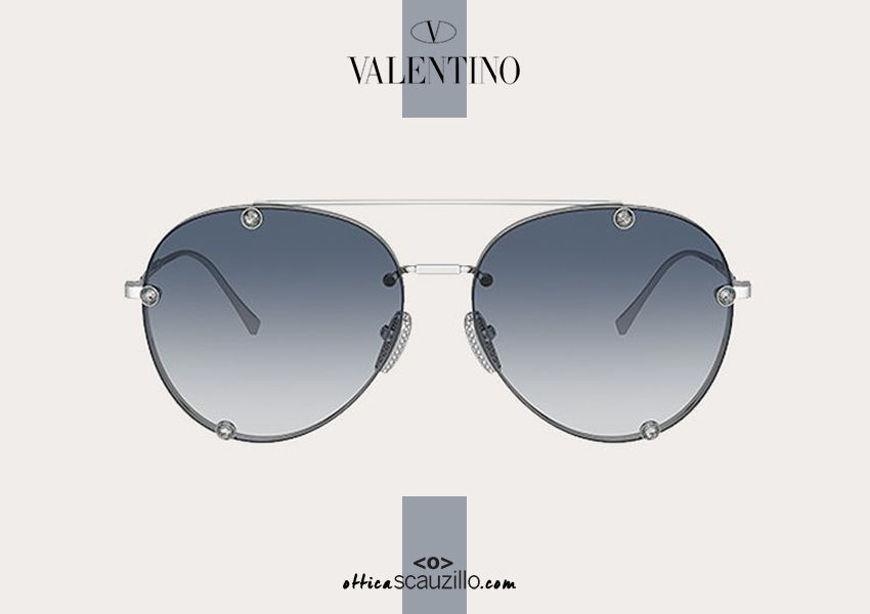 Acquista online su otticascauzillo.com il tuo nuovo occhiale da sole aviator in metallo con cristalli Valentino VA 2045 col. 71T argento/blu sfumato