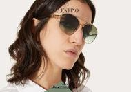Acquista online su otticascauzillo.com il tuo nuovo occhiale da sole aviator in metallo VLOGO SIGNATURE Valentino VA 2048 col. FZ3 oro/verde sfumato