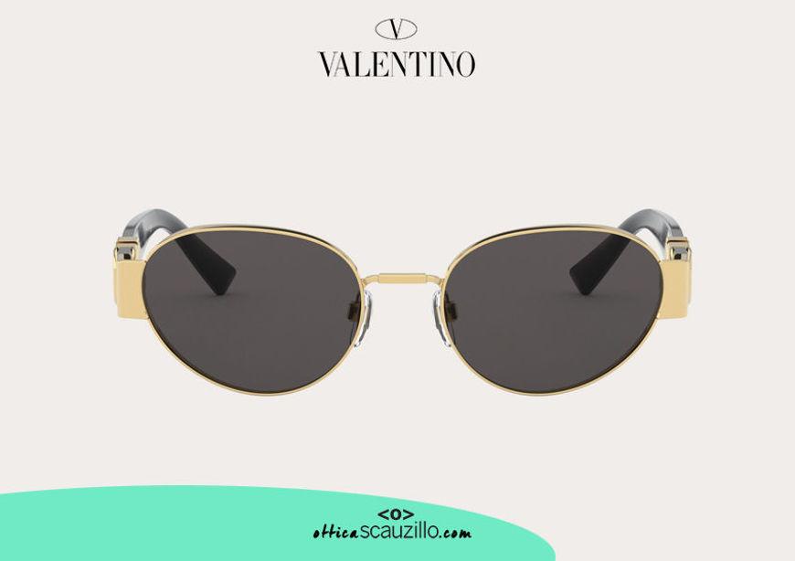 Acquista online su otticascauzillo.com il nuovo occhiale da sole ovale in metallo VLOGO SIGNATURE Valentino VA 2037 col. 07X nero/grigio fumo