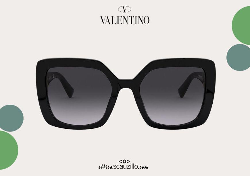 Acquista online su otticascauzillo.com il tuo nuovo occhiale da sole squadrato in acetato VLOGO SIGNATURE Valentino VA 4065A col. 018 nero