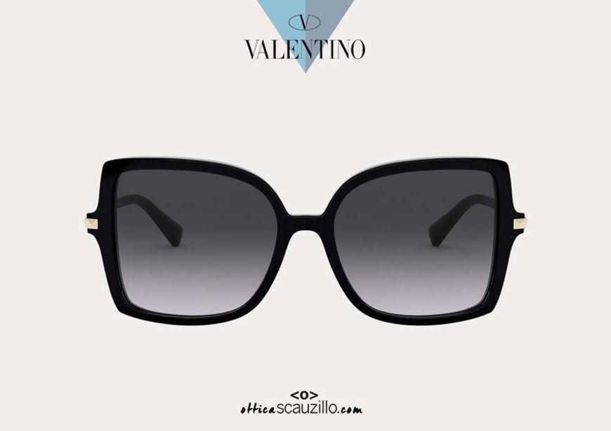 Acquista online su otticascauzillo.com il tuo nuovo occhiale da sole squadrato in acetato STUD Valentino VA 4072 col. 018 nero