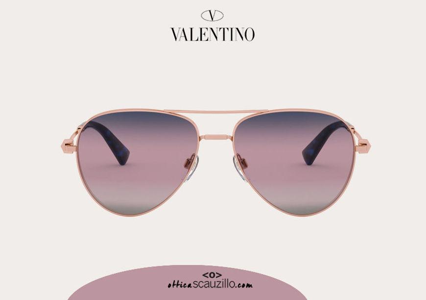 Acquista online su otticascauzillo.com il tuo nuovo occhiale da sole aviator in metallo con STUD Valentino VA 2034 col. 237 rosa