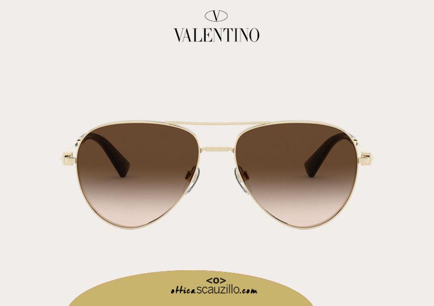 Acquista online su otticascauzillo.com il tuo nuovo occhiale da sole aviator in metallo con STUD Valentino VA 2034 col. 232 oro