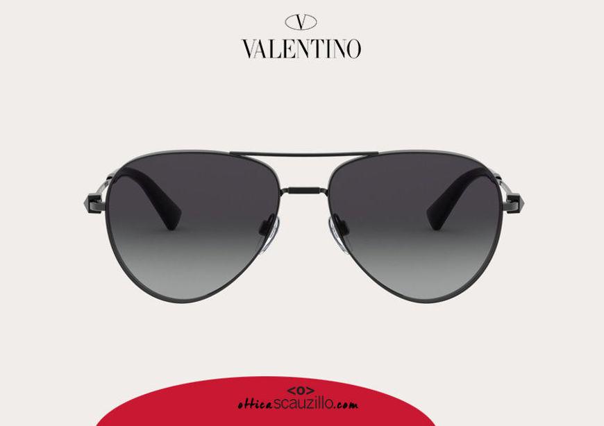 Acquista online su otticascauzillo.com il tuo nuovo occhiale da sole aviator in metallo con STUD Valentino VA 2034 col. 06Q argento