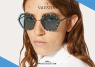 Acquista online su otticascauzillo.com il tuo nuovo occhiale da sole esagonale oversize in metallo con cristalli Valentino VA2035 col. 267 azzurro