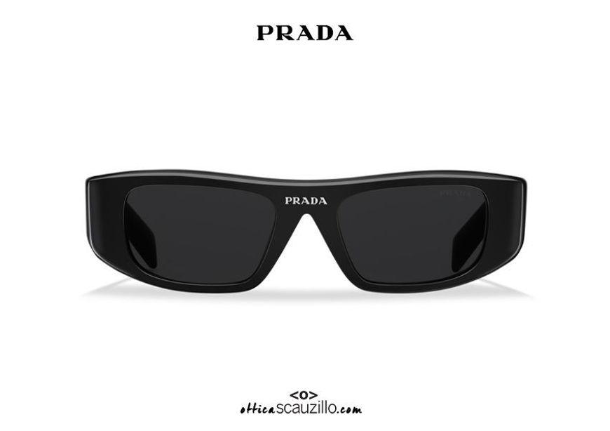 Acquista online su otticascauzillo.com il tuo nuovo occhiale da sole rettangolare stretto PRADA Runway SPR 20W col. nero
