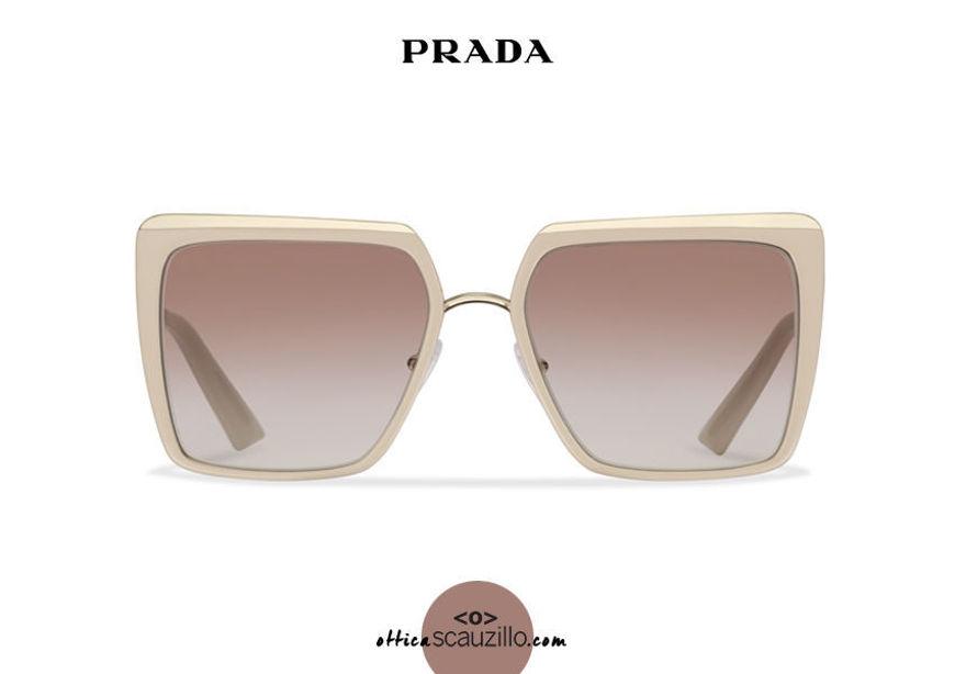 Acquista online su otticascauzillo.com il tuo nuovo occhiale da sole squadrato metallo oversize PRADA SPR 58W col. cipria e oro