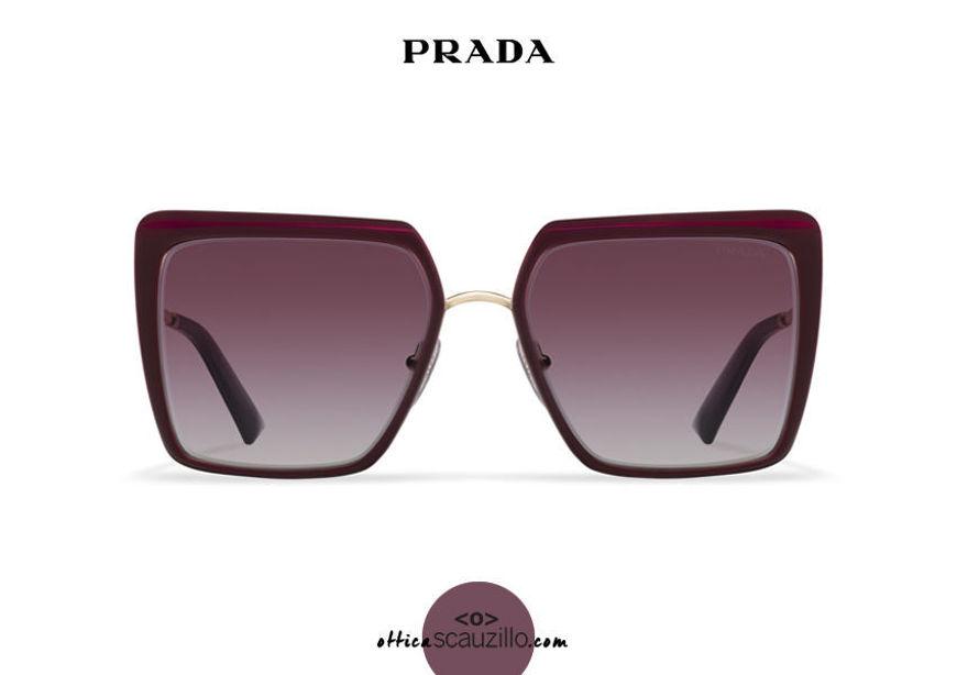 Acquista online su otticascauzillo.com il tuo nuovo occhiale da sole squadrato metallo oversize PRADA SPR 58W col. granato