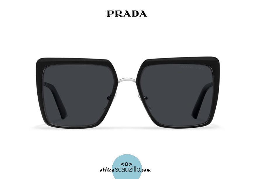 Acquista online su otticascauzillo.com il tuo nuovo occhiale da sole squadrato metallo oversize PRADA SPR 58W col. nero