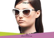 Acquista online su otticascauzillo.com il tuo nuovo occhiale da sole cat eye oversize acetato PRADA SPR 01V col. avorio