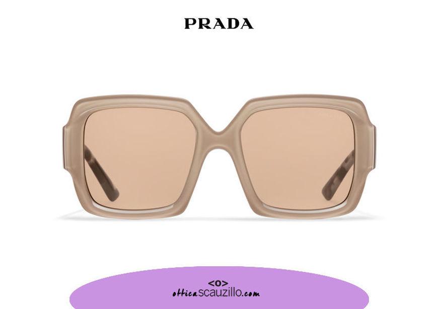 Acquista online su otticascauzillo.com il tuo nuovo occhiale da sole squadrato acetato oversize PRADA SPR 21X col. cristallo + cipria