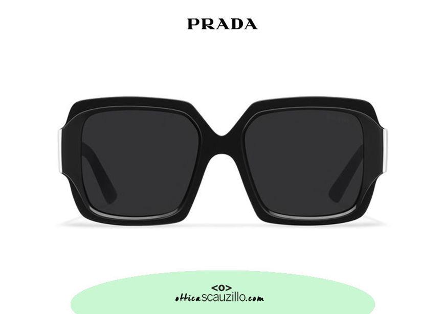 Acquista online su otticascauzillo.com il tuo nuovo occhiale da sole squadrato acetato oversize PRADA SPR 21X col. nero + bianco