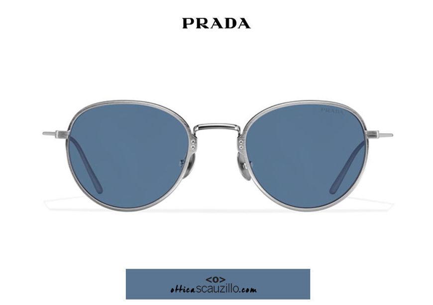 Acquista online su otticascauzillo.com il tuo nuovo occhiale da sole tondo metallo PRADA SPR 53W col. piombo satinato titanio