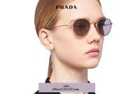 Acquista online su otticascauzillo.com il tuo nuovo occhiale da sole tondo metallo PRADA SPR 53W col. oro pallido lucido titanio