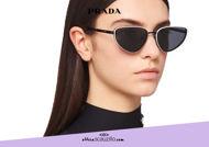 Acquista online su otticascauzillo.com il tuo nuovo occhiale da sole cat eye metallo PRADA Duple SPR 57W col. nero
