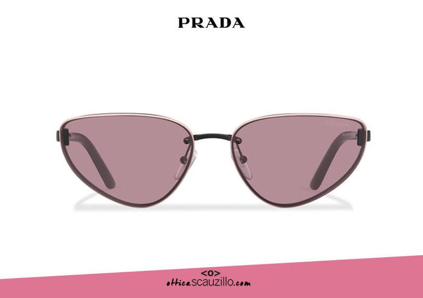 Acquista online su otticascauzillo.com il tuo nuovo occhiale da sole cat eye metallo PRADA Duple SPR 57W col. nero opaco malva e pesca