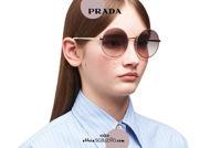 Acquista online su otticascauzillo.com il tuo nuovo occhiale da sole tondo metallo PRADA SPR 59X col. cammeo opaco + oro pallido