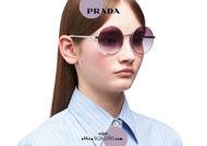 Acquista online su otticascauzillo.com il tuo nuovo occhiale da sole tondo metallo PRADA SPR 59X col. talco opaco + acciaio