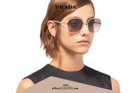 Acquista online su otticascauzillo.com il tuo nuovo occhiale da sole squadrato metallo PRADA SPR 67X col. cipria + bianco