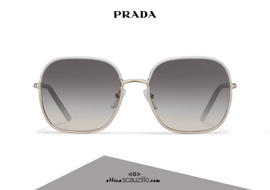 Acquista online su otticascauzillo.com il tuo nuovo occhiale da sole squadrato metallo PRADA SPR 67X col. ghiaccio + sabbia