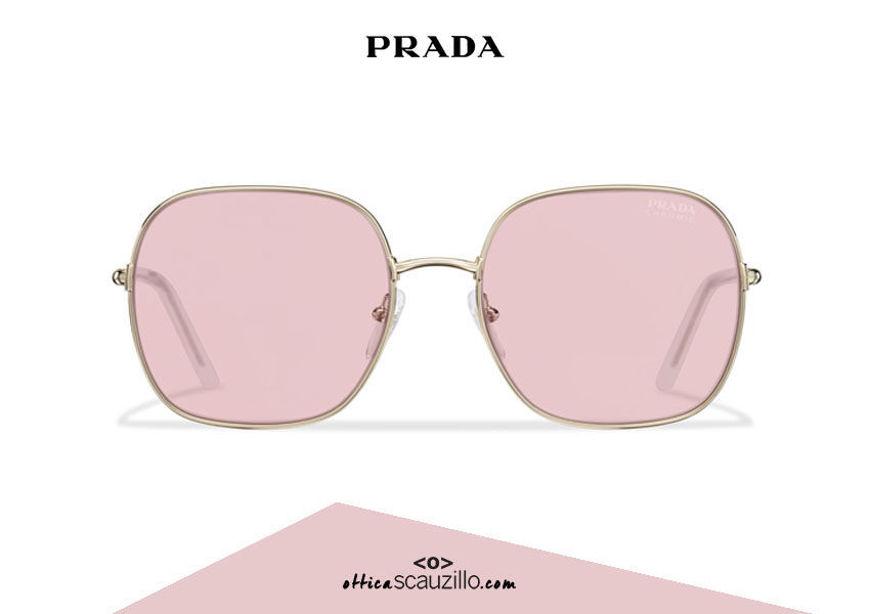 Acquista online su otticascauzillo.com il tuo nuovo occhiale da sole squadrato metallo PRADA SPR 67X col. oro pallido + rosa