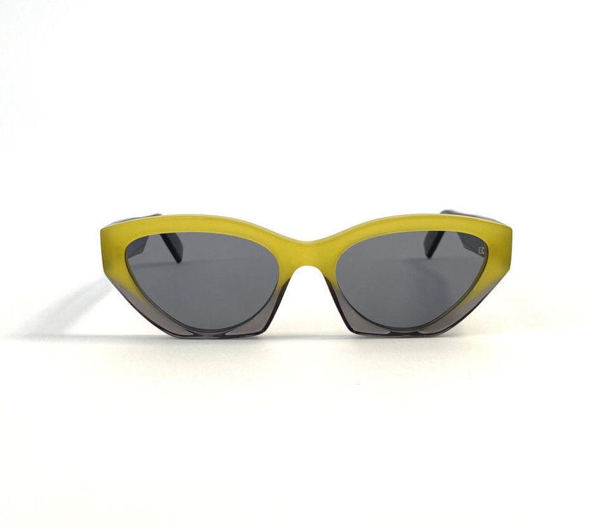 Acquista online su otticascauzillo.com il tuo nuovo occhiale da sole Bob Sdrunk Cora Pantone 2021 edition